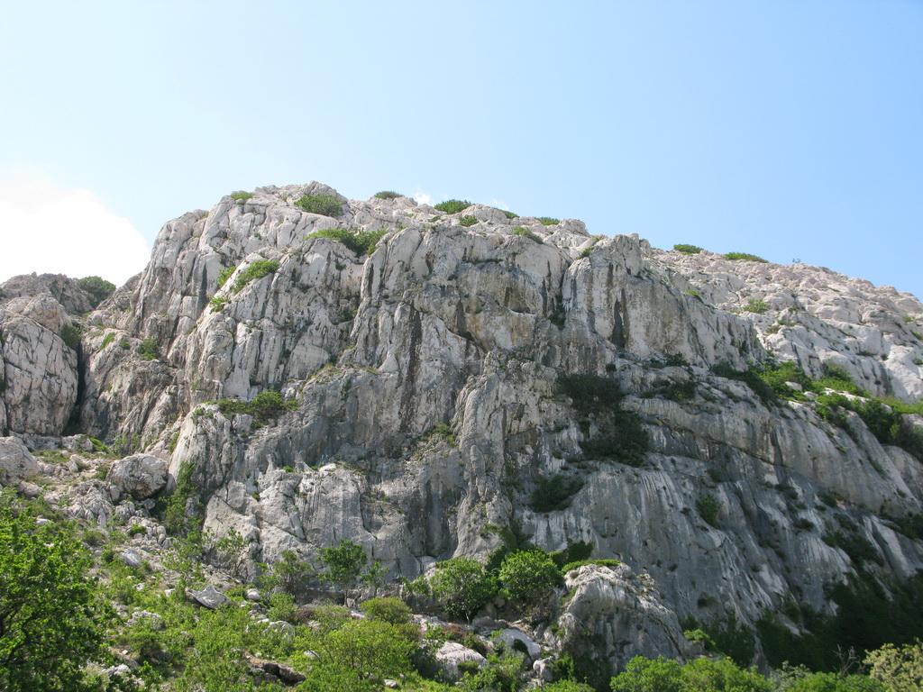 Belove_stijene,_odistená_je_zatiaľ_iba_ľavá_časť